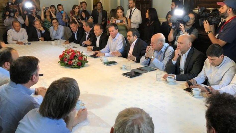 La mesa de debate de las fuerzas políticas chilenas, dando forma al llamado a reformar la Constitución.