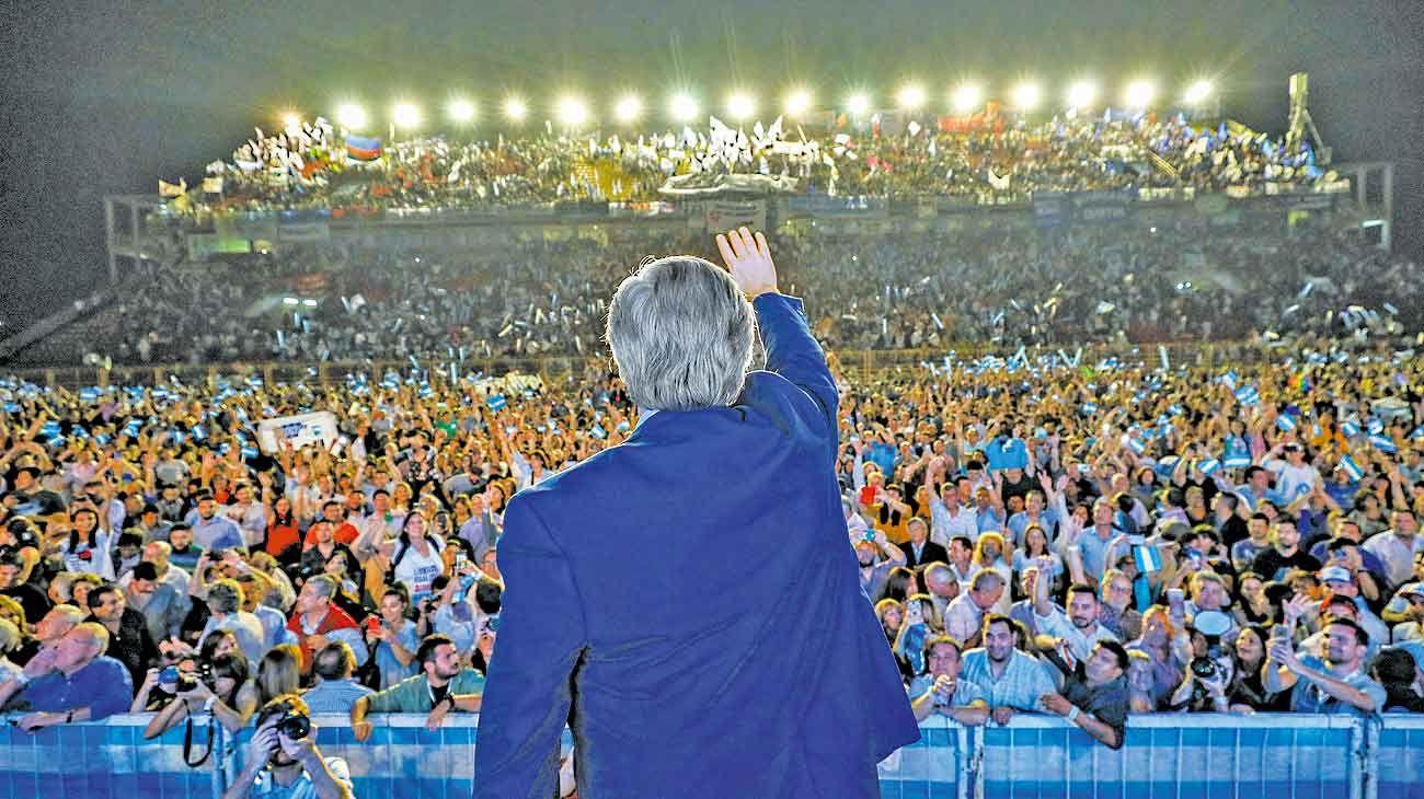 Contrastes. El Frente de Todos priorizó los actos a la comunicación en redes de Mauricio Macri, que luego salió a las calles.