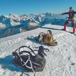 Los modelos técnicos para escalada cuentan con portapiquetas, portagrampones y correaje especial.
