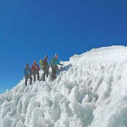 Gerardo Ciria y Yemil Sarmiento junto a escaladores mexicanos en la cumbre del Ischinca.