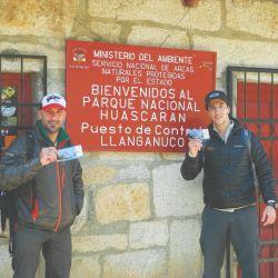 Gerardo Ciria y Yemil Sarmiento con sus permisos de ascenso en la entrada del Parque Nacional Huascarán.