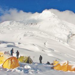 Impresionante panorámica del campamento de altura bajo la cumbre del Tocllaraju.