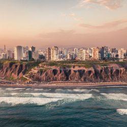 Lima es la única capital sudamericana con salida al mar. En sus malecones, la suave brisa refresca las caminatas.