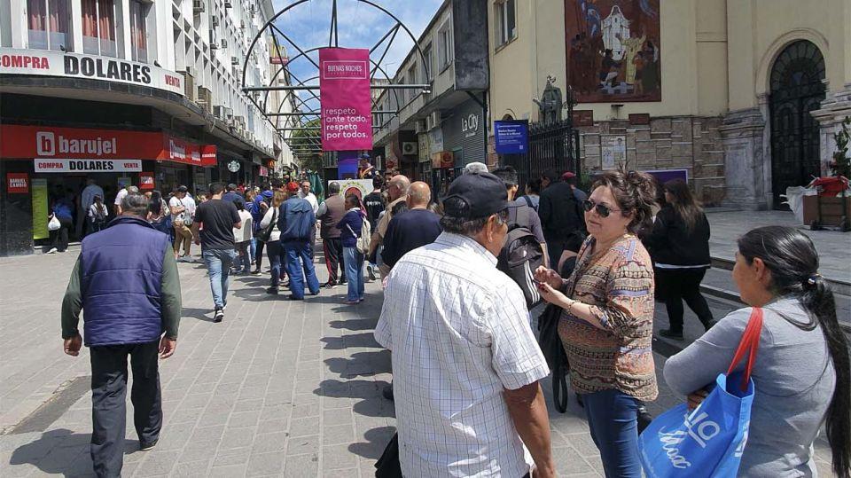 También hubo colas para comprar dólares en Córdoba. Foto: NA (archivo)