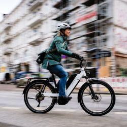 En bici al trabajo todos los días. Cuanto más se usa la bici, más hay que cargar la batería, por supuesto.