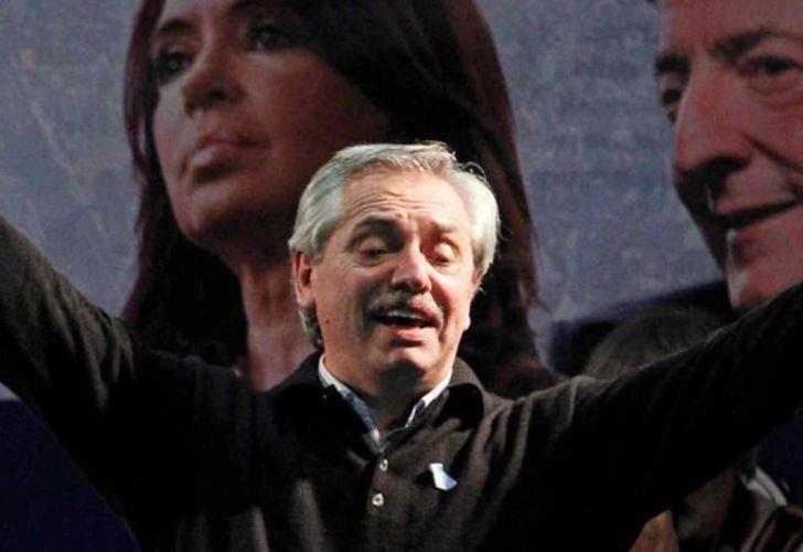 Alberto Fernández con CFK y Néstor de fondo