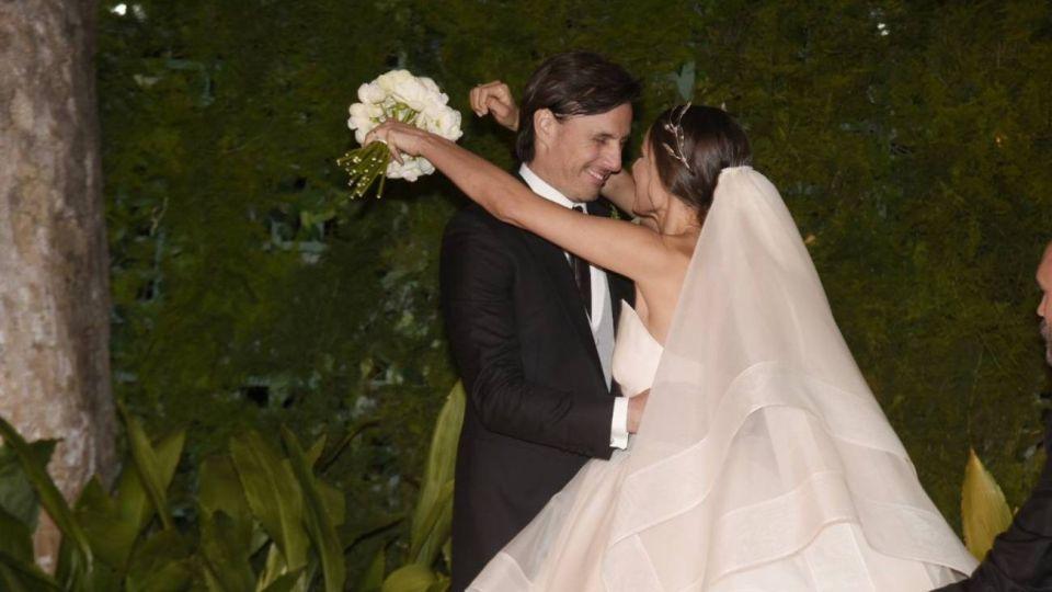 Pampita y Roberto García Moritán besándose.