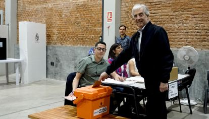 El presidente Tabaré Vázquez emite su voto.