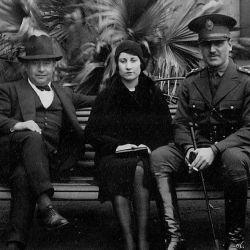 Juan Domingo Perón (con bigote), Potota y un hermano de ella.  | Foto:Cedoc