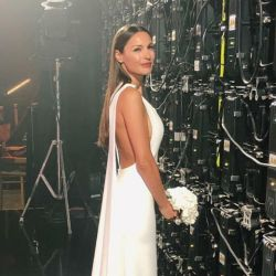 La modelo aguardó a salir a la pista con un hermoso vestido