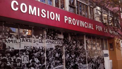 En la Comisión trabajan 113 personas divididas en quince programas. Sus sueldos (varía según la jerarquía) oscilan entre los 28.000 y 96.000 pesos y el 77% de los fondos asignados por la Legislatura Bonaerense son empleados para el pago de honorarios