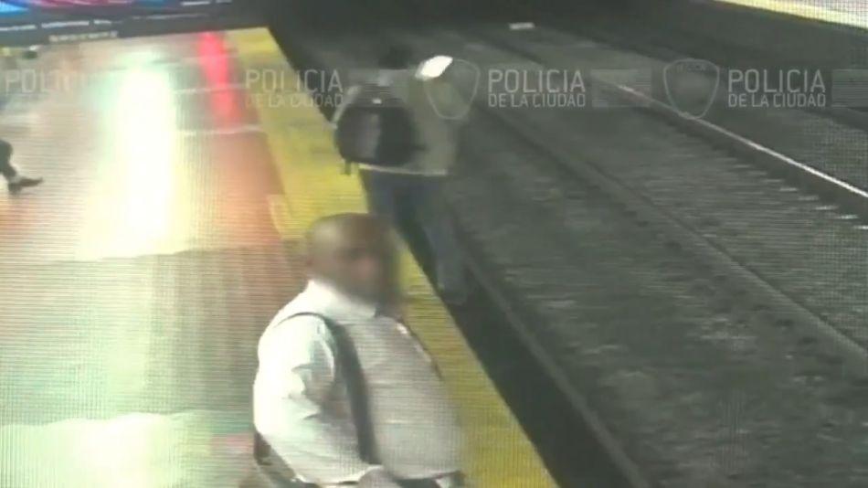 Un hombre cayó a las vías del subte por mirar su celular.