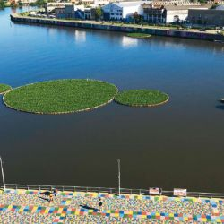 """Flotando sobre el agua,  """"El tercer paraíso"""" la intervención artística hecha  a partir de botellas de plástico.   Foto:cedoc"""