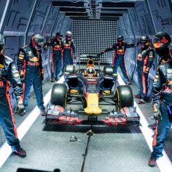 El equipo de Fórmula 1 Red Bull Racing cambió neumáticos a bordo de un avión.