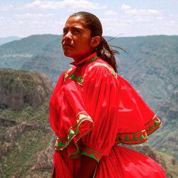 Lorena Ramírez, ultramaratonista de 24 años, se hizo famosa por ganar carreras de hasta 100 km con huaraches y pollera.