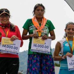 anotarse en una maratón local a los 17 años, donde inesperadamente logró el primer puesto. Corrió con sus huaraches -una sandalia típica mexicana- y vistiendo una de las faldas que ella misma se hace desde los 12 años, cuando su madre le enseñó a coser.