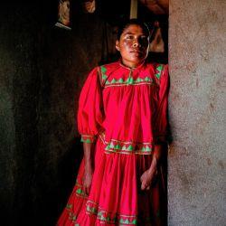 Todos los días Lorena recorre 10 km para arriar ganado, ya que su oficio es el de pastora.