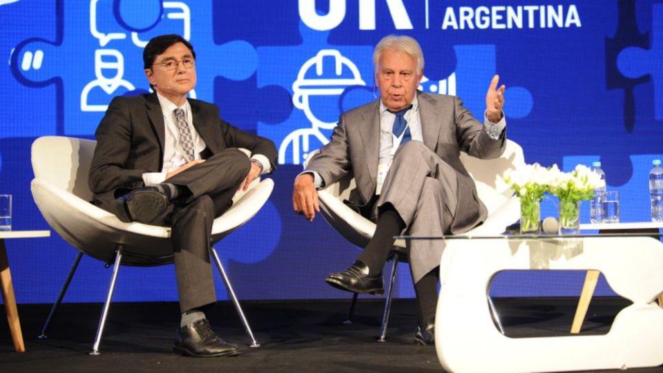 Jorge Fontevecchia y Felipe González en la 25º Conferencia de la Unión Industrial.