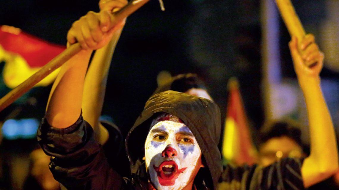 """bolivia. Manifestantes caracterizados como """"El Guasón"""" en la revuelta contra Evo Morales que terminó en golpe de Estado.   Foto:DPA"""