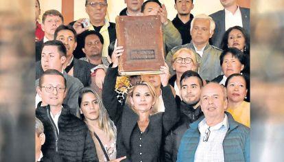 Crisis. La autoproclamada Jeanine Añez con una Biblia gigante.