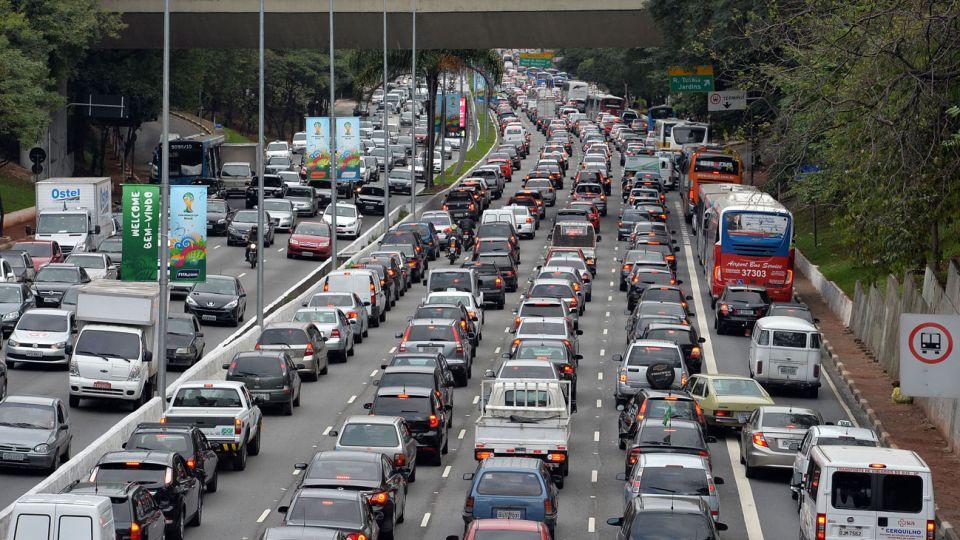 CONGESTIÓN. El mal que las ciudades buscan evitar con políticas contra el uso individual de autos.