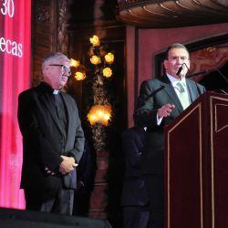 Héctor Masoero, Presidente de la Fundación UADE, junto al Padre Guillermo Marcó y Alan, uno de los beneficiarios de las becas.  | Foto:Fotógrafos de Grupo Perfil