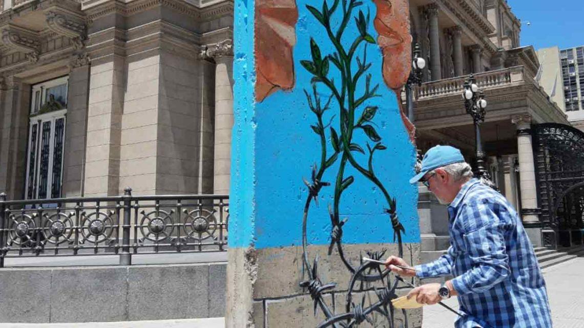 Pablo Temes interviniendo un bloque del Muro de Berlín en el Teatro Colón | Foto:Facundo Iglesias