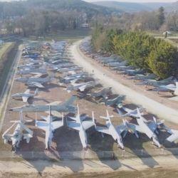 Su pasión por los aviones lo ha llevado a recorrer el mundo y comprar aparatos fuera de servicio antes de que fueran destruidos.