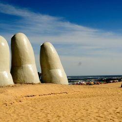 No es indispensable tener dólares para viajar a Uruguay.