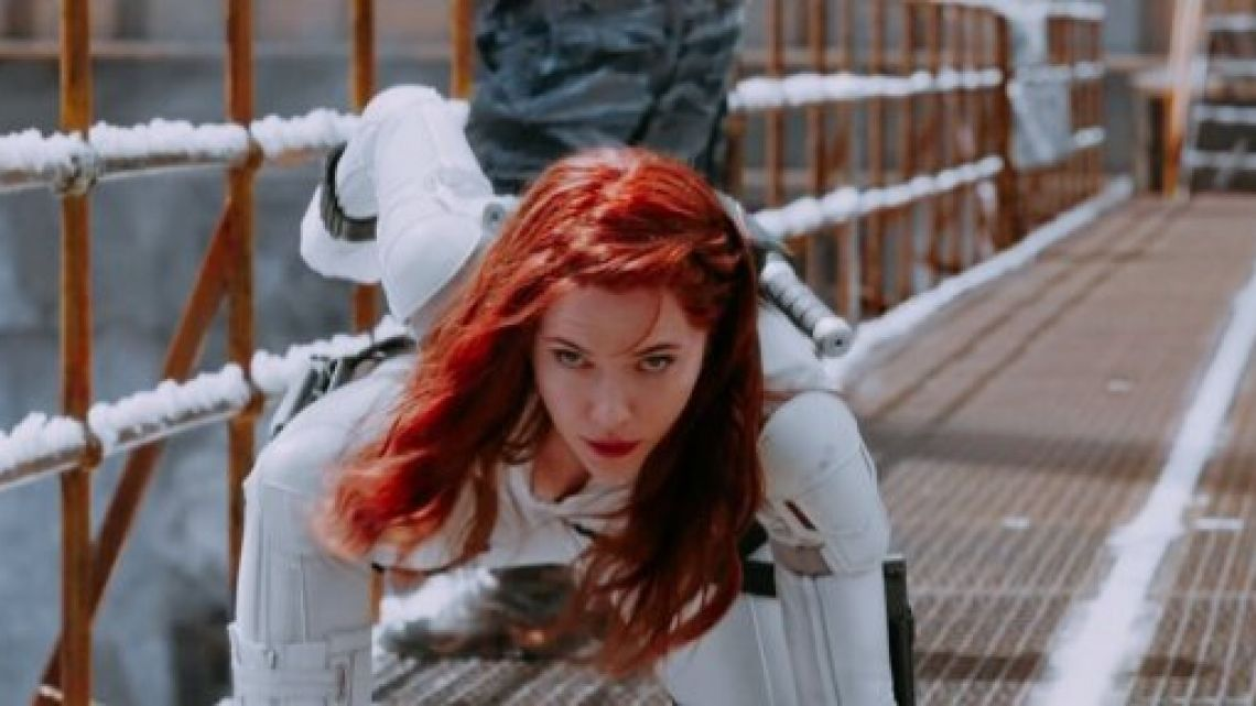 Scarlett Johansson sorprendió con su look femme fatale para Black Widow