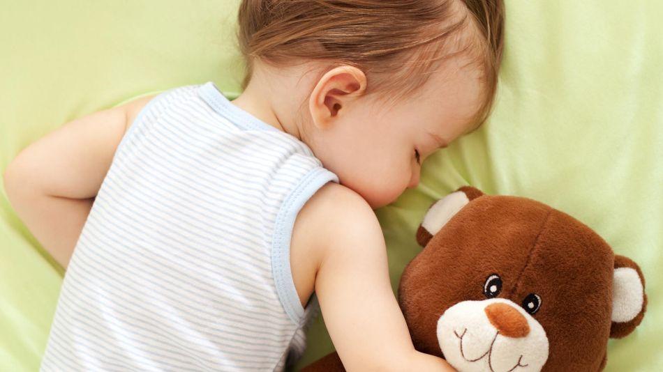Niñas durmiendo con peluches 20191203