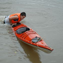 Una vez en el agua, lo primero es mantener la calma y enderezar el esquife para limitar el ingreso de agua.