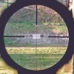 Se destaca su eye relief (distancia del ocular al ojo) de 101 mm, lo que nos evita riesgos al utilizar grandes calibres con fuertes retrocesos.