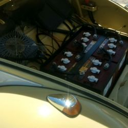 Las seis baterías conectadas en serie entregan los 72 Volts que demanda el kit.