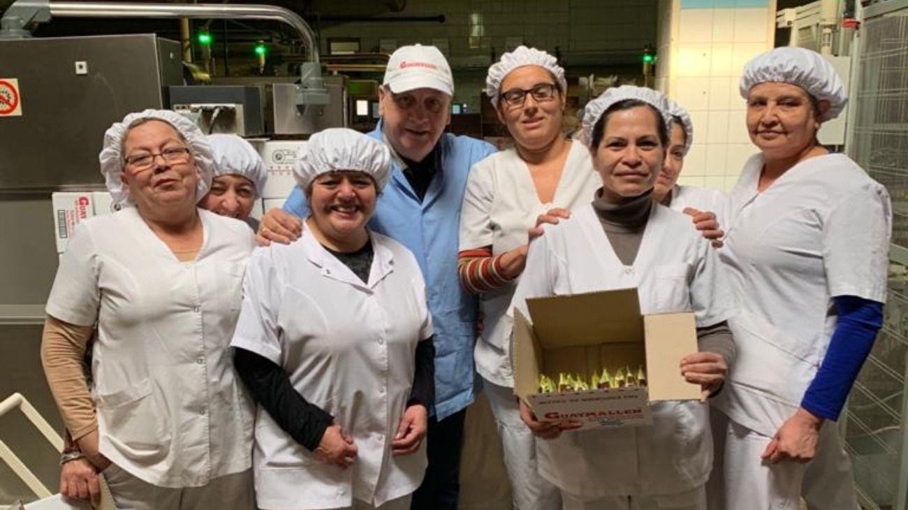 Basilotta de 67 años junto a los operarios de la empresa en la que trabaja hace más de cuatro décadas.