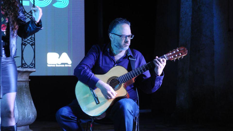 Ritmo. Matías Kulfas, guitarra en mano en la Noche de los Museos.