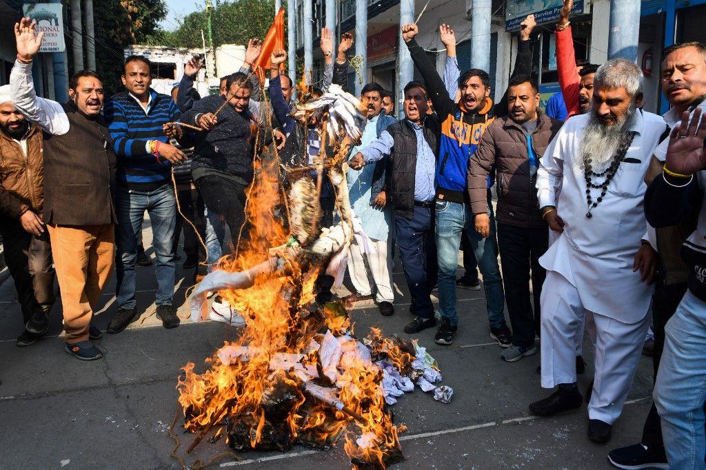 Activistas de Shiy Sena Taksali queman un muñeco, que simulaba a los violadores, para protestar contra la violación y el asesinato de una veterinaria de 26 años.