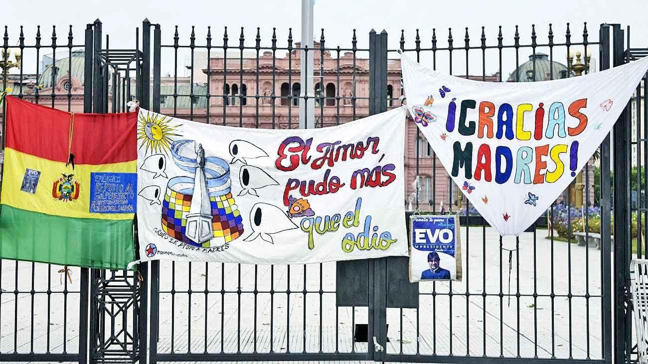 Apoyo. Una muestra de solidaridad con el ex presidente boliviano en plena Plaza de Mayo.