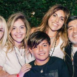 Gianinna Maradona sorprendió con una foto familiar junto a Claudia Villafañe y Diego