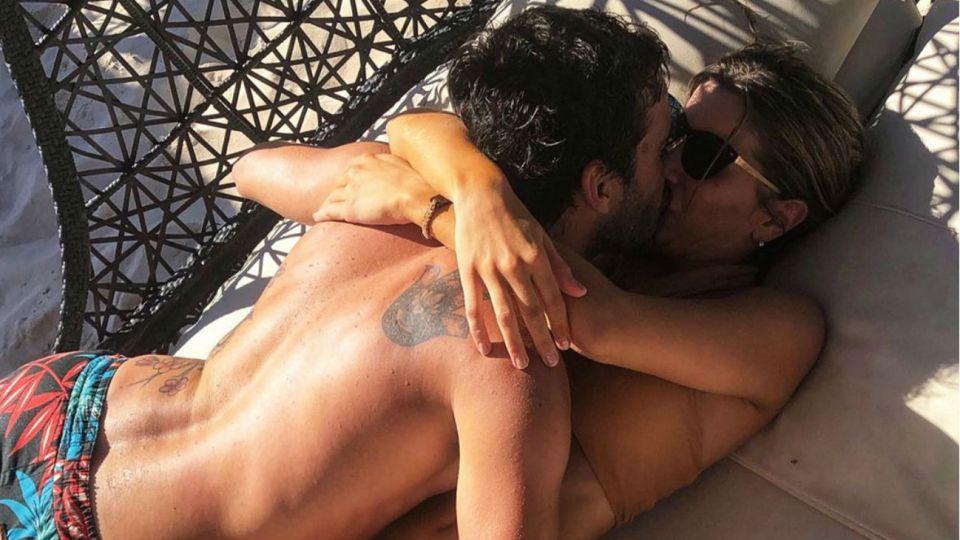 Laurita Fernández y Nicolás Cabré en la playa