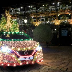 Nissan Leaf transformado en arbolito de Navidad.