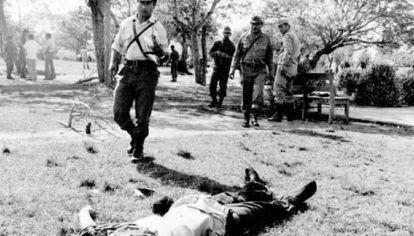 Los cuerpos de los montoneros quedaron en el cuartel.