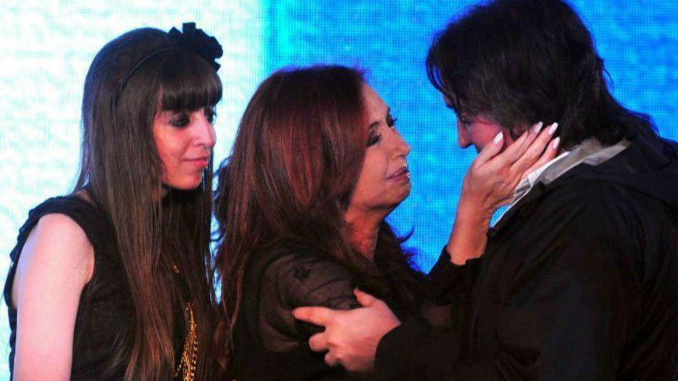 Cristina Fernández, junto a sus hijos Máximo y Florencia Kirchner.