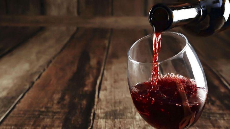 El vino es un malbec que tiene en sus etiquetas imágenes de Cristina Kirchner y Alberto Fernández y el pan dulce se vende en cajas con la imagen de Eva y Juan Perón.