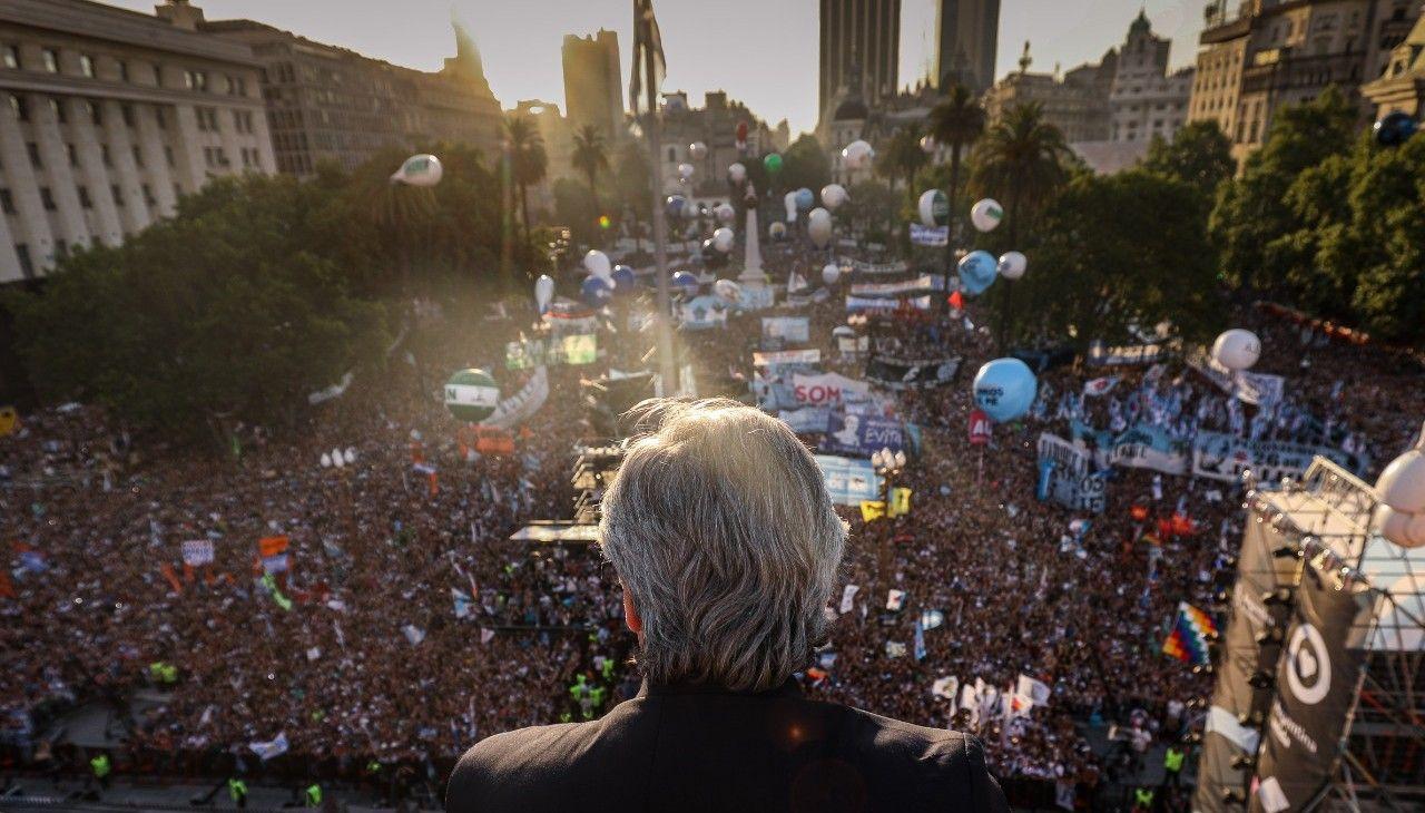 Alberto Fernández saluda a la Plaza de Mayo colmada
