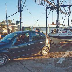 Nuestro guía tenía la complicación de bajar la embarcación en su guardería.