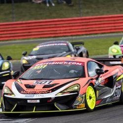 El McLaren 620R homologado para calle está basado en el 570S GT4 de competición.