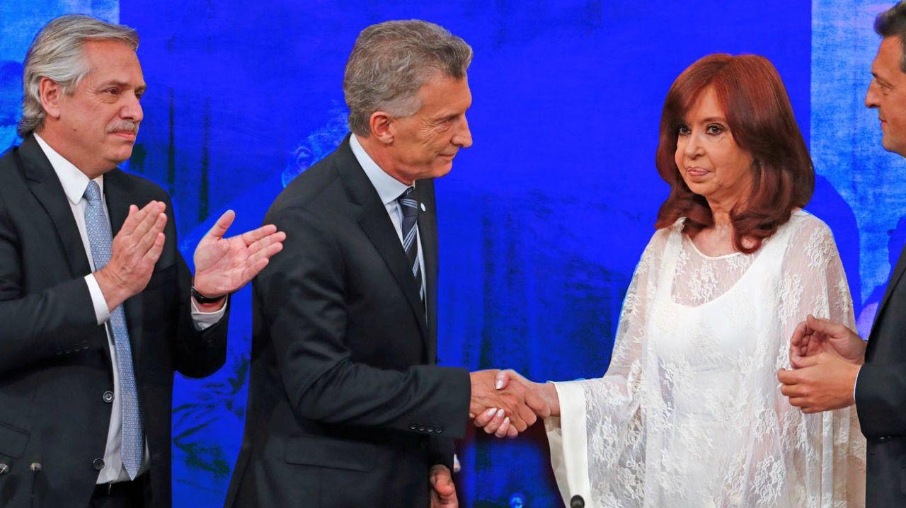 El frío saludo de Cristina Fernández de Kirchner a Mauricio Macri, con Alberto Fernández como espectador.