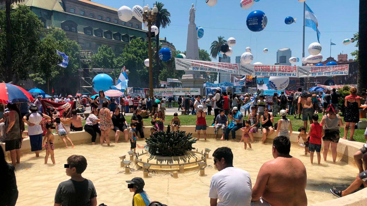 Los militantes se refrescan los pies en la fuente de Plaza de Mayo   Foto:cedoc
