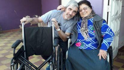 Elma Pelozo, madre de Gabino Ruíz Díaz, perdió sus piernas por su diabetes y, para viajar a Malvinas, debe hacerlo en un avión sanitario. En la imagen se la puede ver junto a Julio Aro, presidente de la Fundación No Me Olvides.